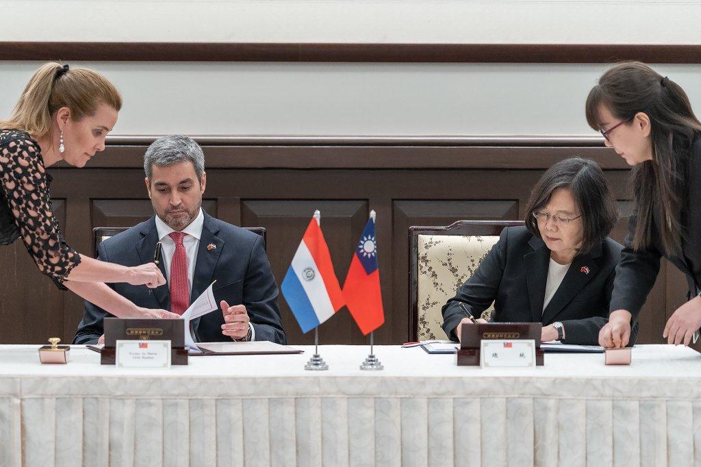 799af8a94 Signature du communiqué conjointre entre Tsai Ing-wen et Mario Benitez  (image Palais présidentiel)