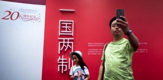 """""""Un pays, deux systèmes"""" Image des 20 ans de la rétrocession de Hong Kong à la Chine (AP Photo/Andy Wong)"""