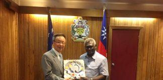 Roger Luo (羅添宏), l'ambassadeur taiwanais aux îles Salomon rencontre le nouveau premier ministre Manasseh Sogavare (Photo: FB de l'ambassade de Taiwan aux îles Salmon)